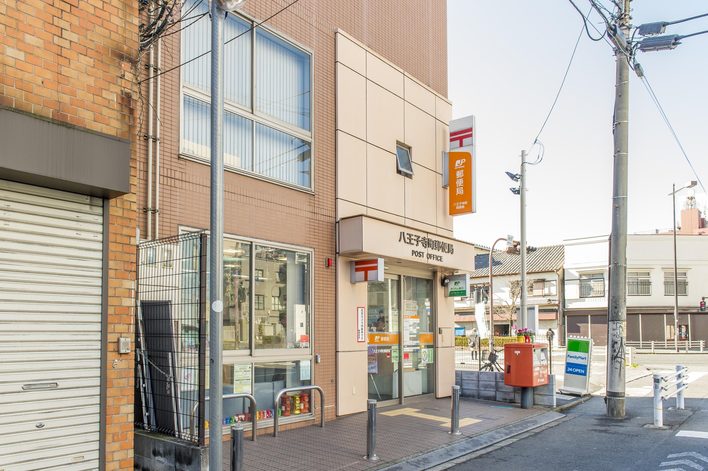 三崎町交差点から150m程直進すると、左手に郵便局があります